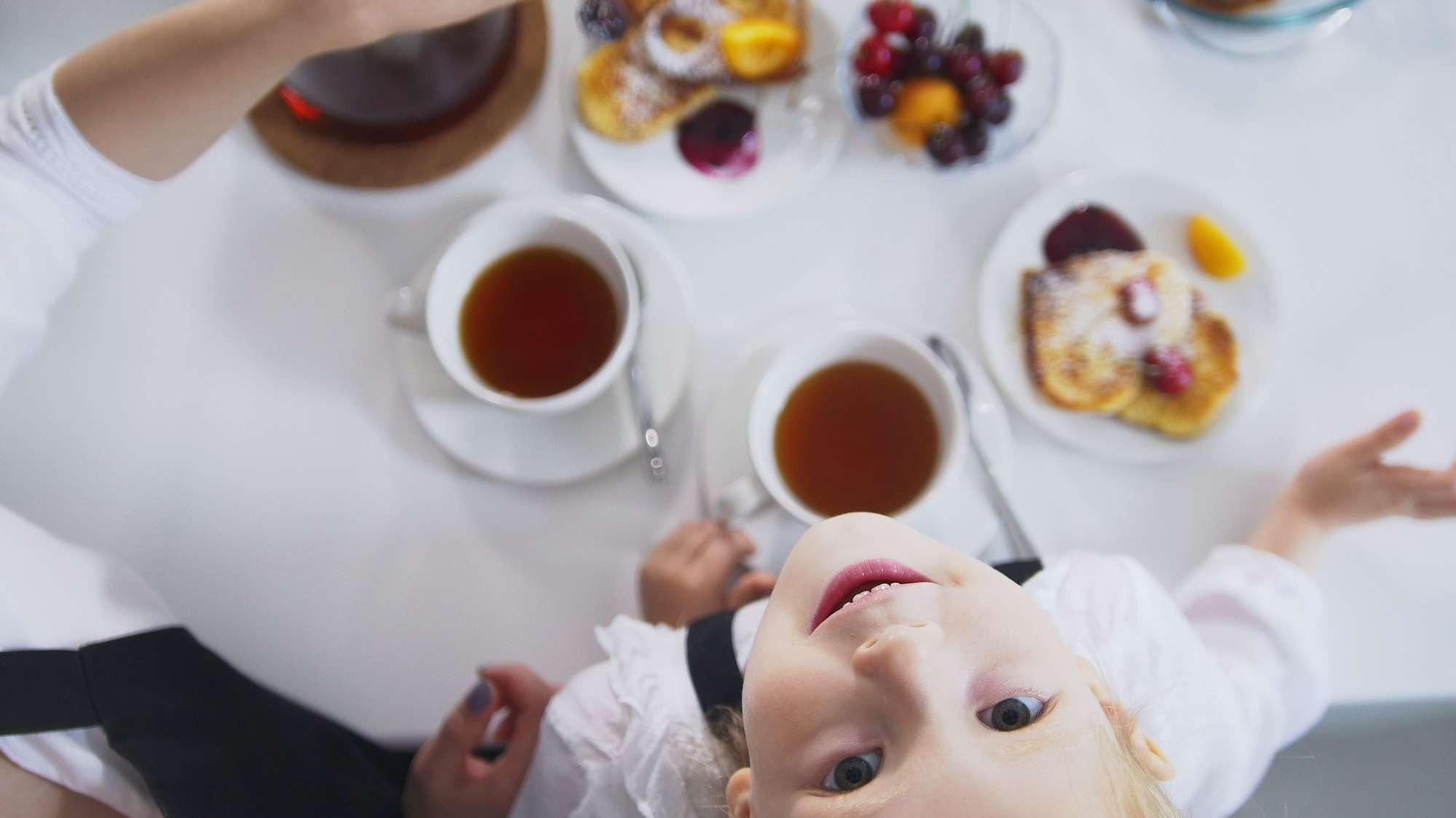 tea az asztalan felfele nezo gyerek