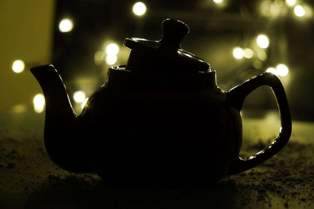 teáskanna fény előtt a homályban