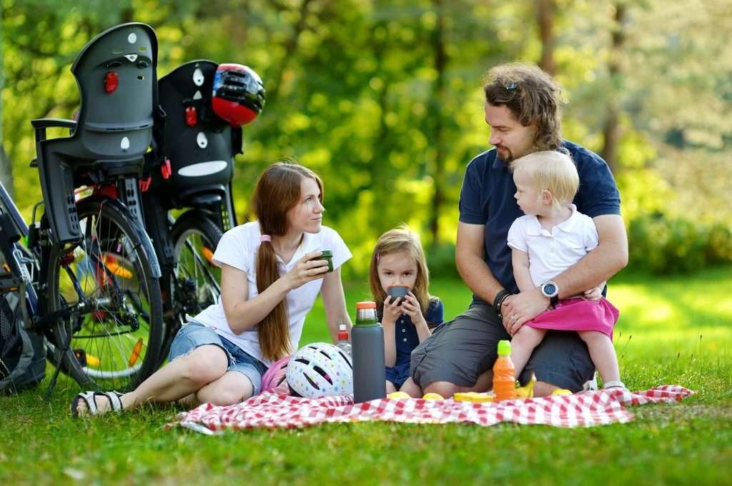 ketgyermekes csalad piknikezik