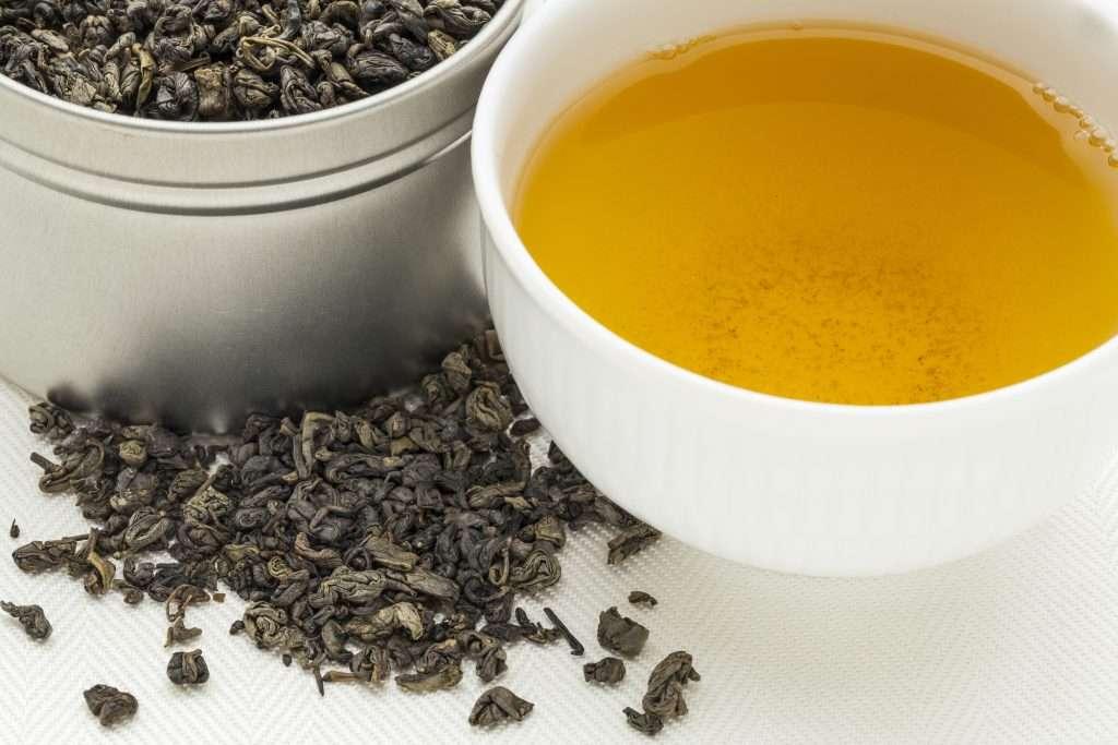 Gyönyörű sárga főzet készül a puskapor teából!