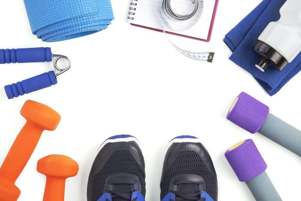 Edzőfelszerelés az edzőcipő mellett és kézisúlyzók