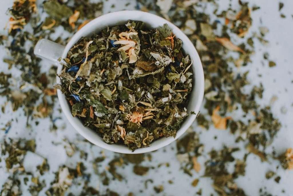 Ízesített tea szárazon bögrében